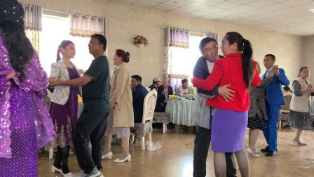 第一次见哈萨克族过生日,一边吃饭一边跳舞,很多问题我也不敢问
