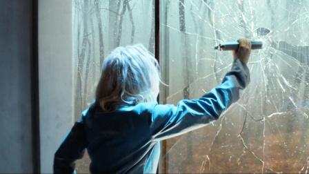 女孩被困密室,打破玻璃想要逃生,却发现玻璃外面是墙壁!