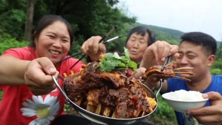 76岁奶奶想吃肉,胖妹260炖6斤羊排,香辣够味,祖孙三人吃过瘾