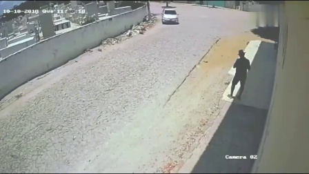 """小车拐弯太急""""崴断脚"""",更惨的还在后面,监控全拍下"""