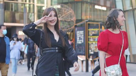 三里屯街拍,六月北京天气热,时尚美女选择个性化的穿搭有特色