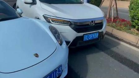 本田车主太倒霉了,没想到出门就跟豪车相撞,只能报警处理了