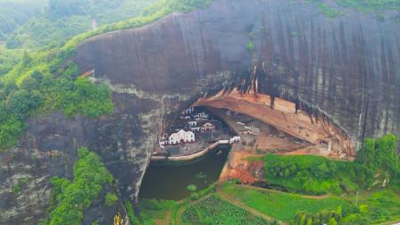 湖南大山里发现天然洞穴,里面还有几栋房子,洞前还有一条护城河