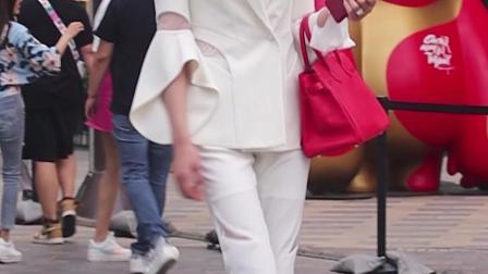 白西装白裤子白色高跟鞋,长腿女神莞尔一笑美极了
