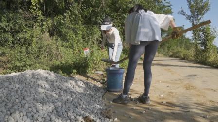小木屋的路被碾坏,大叔拉来5吨碎石,指挥小姐姐们拿铁锹铺路!