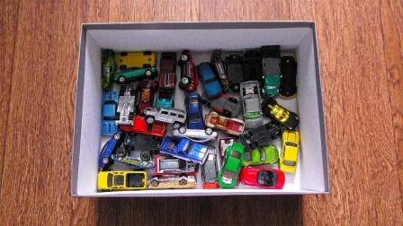 展示玩具盒子里的彩色小型汽车模型