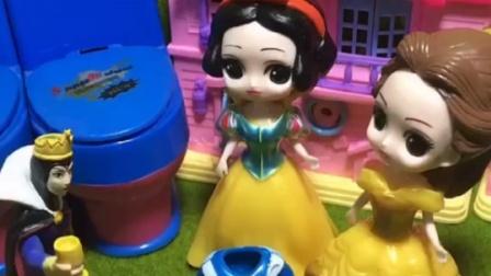 母后让贝儿刷碗打扫厕所,贝儿让白雪做,小朋友们快告诉母后