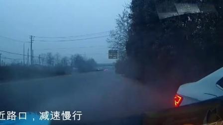 行车记录仪合集:小车路口超速行驶,急刹避让结果自己载了!