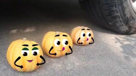 把南瓜、西红柿等放在车轮下碾压,看着好解压