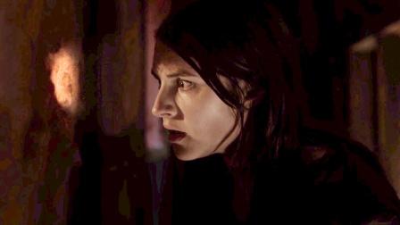 低价别墅怪事不断,女子发现墙上有个洞,往里面看去脸色大变