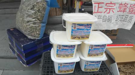 女骑长途摩旅身体吃不消,逛逛藏区菜市场,牦牛酸奶跟不要钱似的