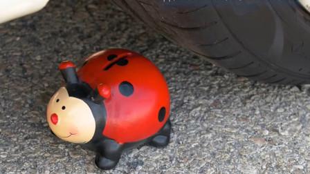 把玩具七星瓢虫、小汽车等放在车轮下碾压,看着好解压