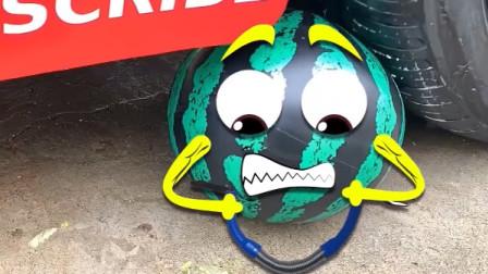 把玩具球、蛋糕等放在车轮下碾压,看着好解压