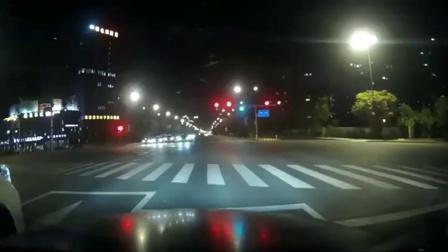 奔驰起步太快了,丰田霸道疯狂别车,结果自己失控撞成了报废车