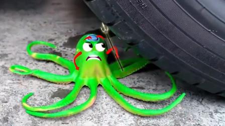 把玩具章鱼、小卡车等放在车轮下碾压,看着好解压