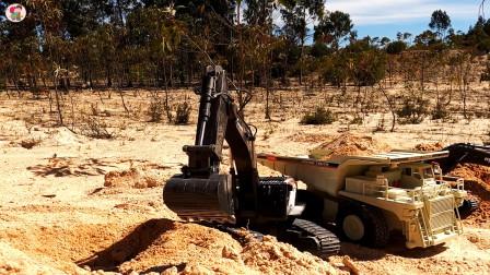 遥控工程车施工,两辆挖掘机和一辆翻斗车搬运泥土铺路真棒
