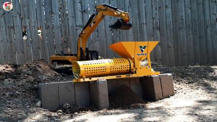 遥控工程车施工,挖掘机粉碎机运泥土,一辆挖掘机挖树根