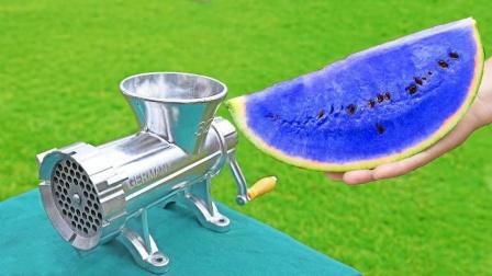 将蓝色西瓜放进绞肉机,会发生什么?画面太过瘾了!