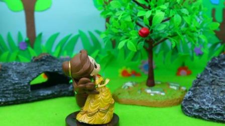 王子中了巫婆的黑魔法,变成红苹果,贝儿把它摘走了