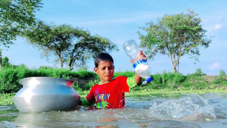 男孩借助塑料瓶钓鱼,一抓一个准,真厉害!