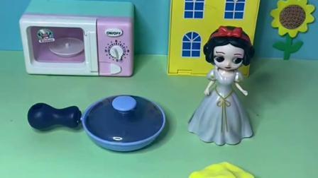 趣味玩具:白雪真是精明能干,还会包水饺呢!