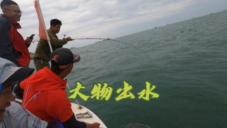 今天出大鮸鱼的钓位守了两个小时,终于守到一条,一条就是3000块