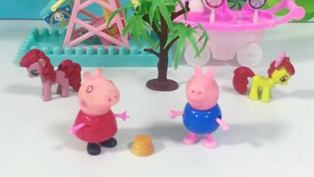 小猪佩奇踩到东西,乔治也想要运气,佩奇带乔治去厨房
