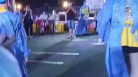 有心了!广州志愿者跳街舞为采核酸医护加油。