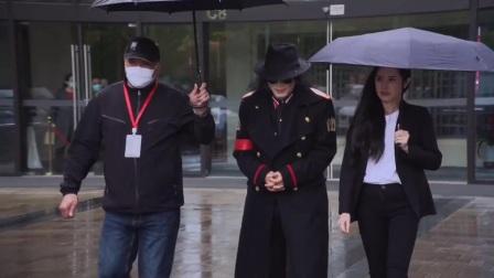 三个人两把伞,我多淋点雨没有关系!做人就是这样!