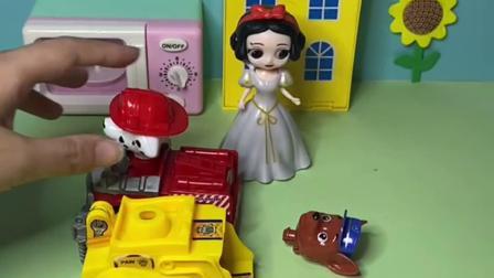 趣味玩具:阿奇找到了自己的车,去抓坏人!