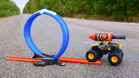 老外用火箭赛车挑战环形跑道,点燃的一瞬间,场面十分精彩!