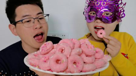 """妹子吃""""巧克力甜甜圈饼干"""",酥脆香甜超赞,馋嘴哥使计全拿走"""