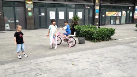 二娃也学会了自行车