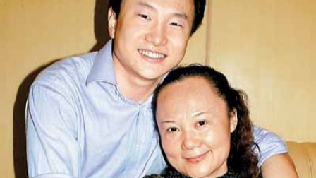 儿子三年未回家,突然出现在妈妈单位,网友:这一抱看哭了