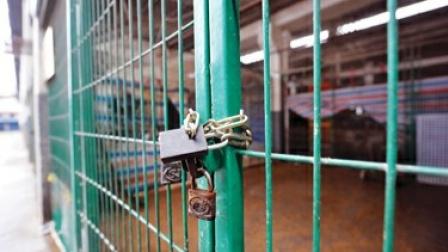 男子锁门离开门市没锁,网友:这是锁了个寂寞
