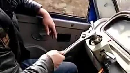 农用三轮车方向盘掉了,男子竟用扳手代替