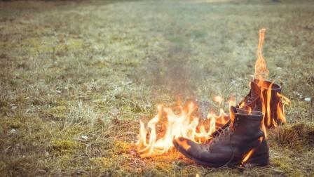 打完篮球回宿舍鞋子真臭,结果一点火竟然着了