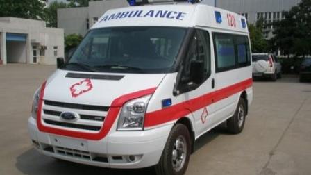 救护车急送抽搐发热,男孩就医时遭教练车阻挡