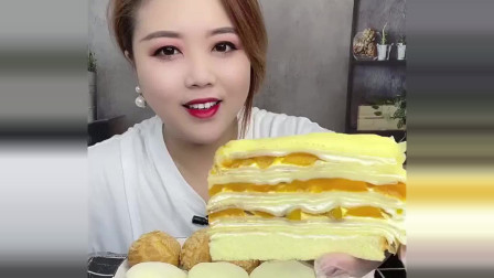 妹子吃芒果千层蛋糕,超过瘾