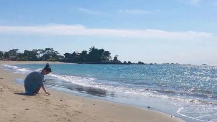 小女孩在海边主动捡垃圾,担心海洋生物误食塑料