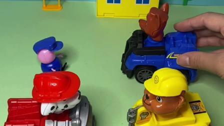 趣味玩具:乔治戴了汪汪队阿奇的帽子
