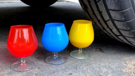 把彩色酒杯、气球等玩具放在车轮下碾压,看着好解压