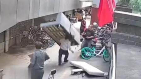 物业图省事二楼扔沙发 路过老人当场被砸晕