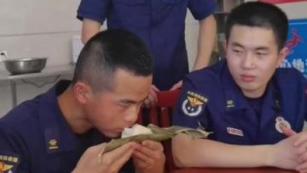 """在南方的北方消防员吃到甜粽:""""班长,我想家了!""""网友:记忆中最深的味道…@三明消防"""