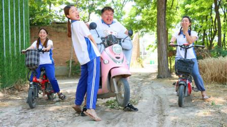 刘星和小燕子的电动车半路没电,结果两人竟抬着车子回家,搞笑
