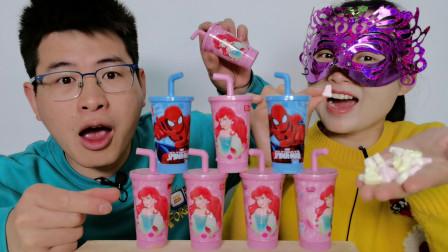 """馋嘴哥兄妹吃""""蜘蛛侠和美人鱼吸管杯糖果"""",卡通萌趣,香甜美味"""