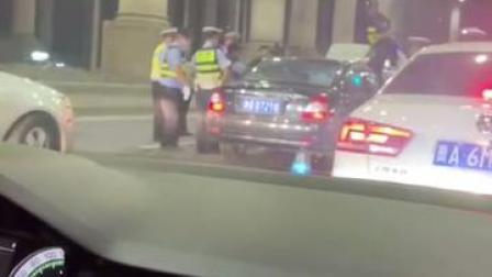 无视阻拦加速冲卡!#凌晨被查出酒驾司机撞车逃逸 #交通安全 #酒驾