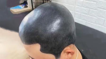 小伙剃了光头怕被媳妇发现,竟把头皮纹成黑色...【沙雕新闻】