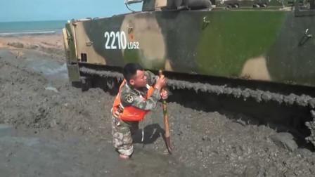两栖步战车深陷泥潭而托底,两栖步战车海上射击训练