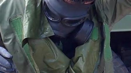 武警防化兵穿防化服训练8个小时后,防化服倒出水...辛苦了❤️